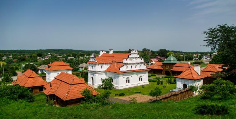 Oude herenhuizen en rustiek de zomerlandschap in Oost-Europa, de Oekraïne royalty-vrije stock fotografie