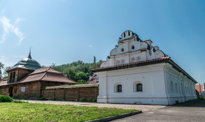 Oude herenhuizen en rustiek de zomerlandschap in Oost-Europa, de Oekraïne stock foto's