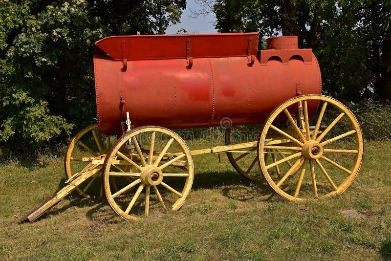 Oude herstelde watertank die op een houten aanhangwagen rusten op wielen royalty-vrije stock foto