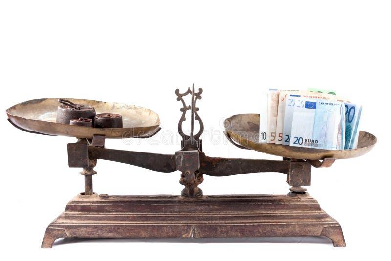 Oude het wegen geïsoleerde schaal met euro rekeningen royalty-vrije stock fotografie