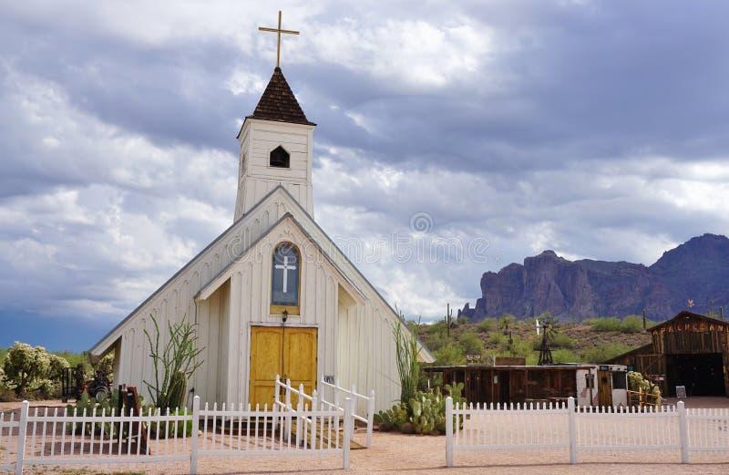 Oude het Westenkapel en Apacheland-Schuur in Apache-Verbinding, AZ stock afbeeldingen