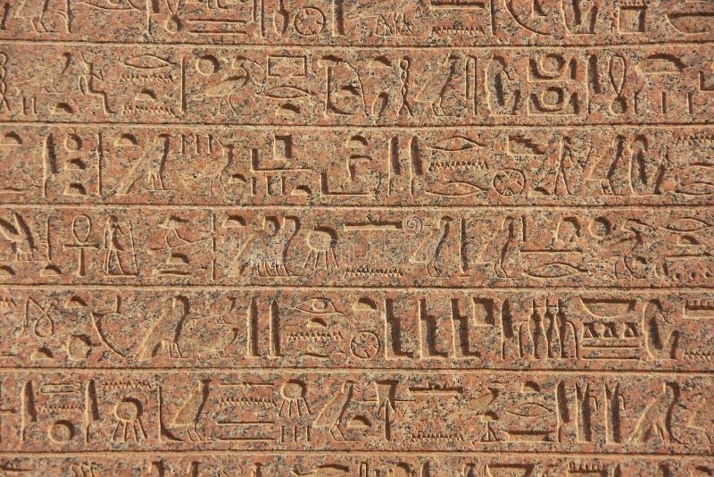 Oude hiërogliefen op de complexe muren van Karnak-tempel, Lux stock afbeeldingen