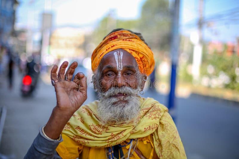 Oude Hindoese Heilige die voor een foto glimlachen stock foto's