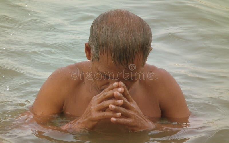 Oude Hindoese Mens die in Rivier Ganges bidden royalty-vrije stock afbeeldingen