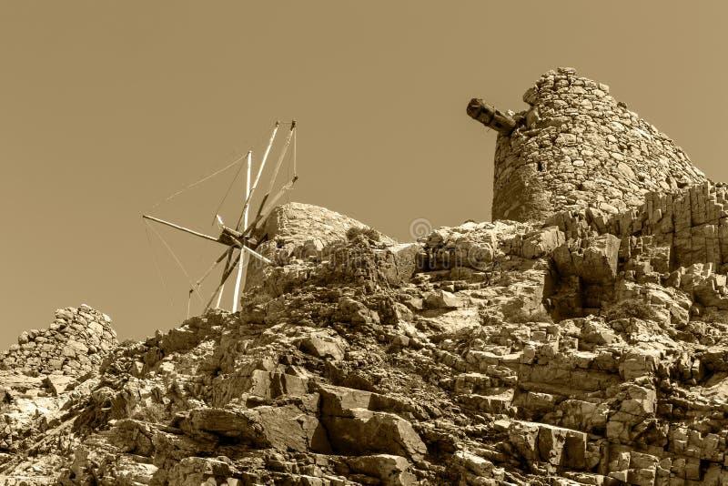 Oude, historische, beroemde, dilapidated steenwindmolens op een zonnig gebied van daglassithi, eiland Kreta, Griekenland royalty-vrije stock foto's
