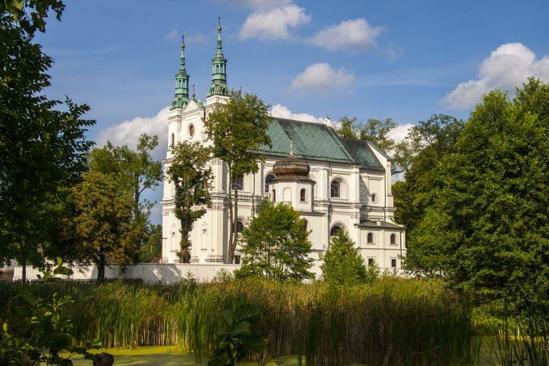Oude historische kerk met twee torentjes en een witte voorgevel royalty-vrije stock foto