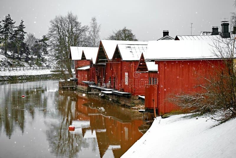 Oude historische Porvoo, Finland De rode gekleurde uitstekende houten huizen van de schurenopslag op de rivieroever met sneeuw in stock foto