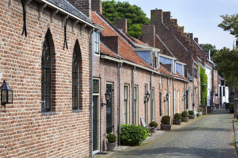 Oude historische straat in de stad Buren stock foto's
