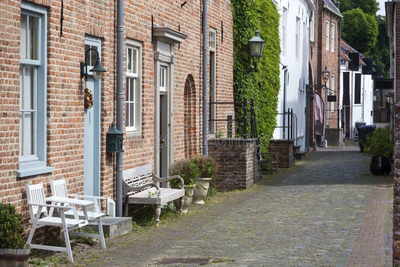 Oude historische straat met banken stock foto
