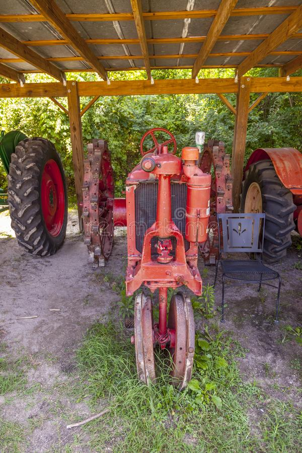oude historische tractor Brand Name Oliver in Boone Hall Plantation royalty-vrije stock foto's