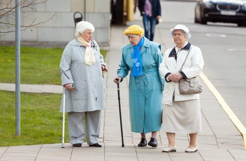Oude hogere vrouwen die op de straat lopen royalty-vrije stock foto