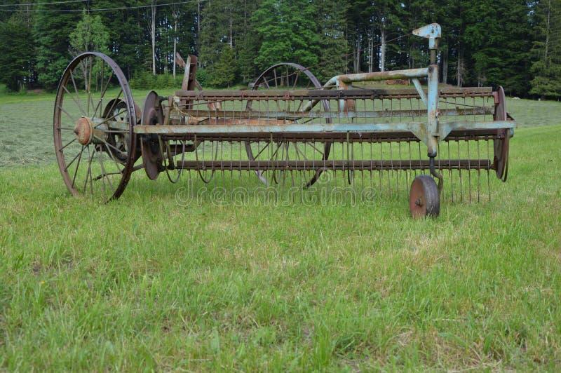 Oude hooihooikeermachine nog in gebruik stock foto's