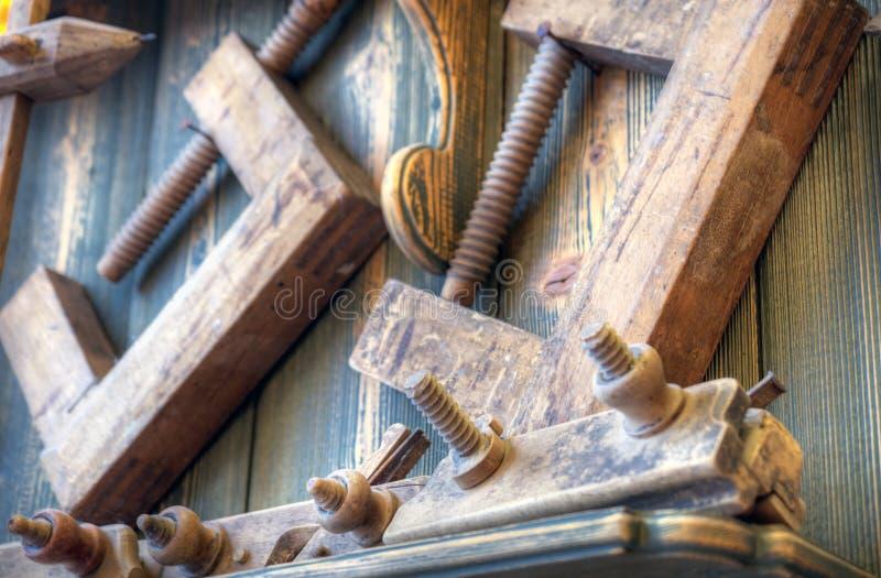 Oude houtbewerkingshulpmiddelen op muur royalty-vrije stock foto