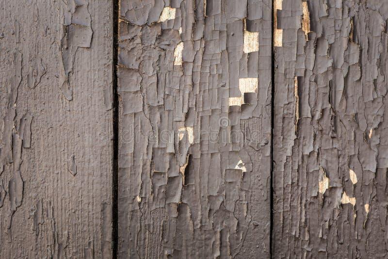 Oude houten achtergrond van raad met bruine schil gebarsten verf Textuur van oud geschilderd hout royalty-vrije stock afbeelding