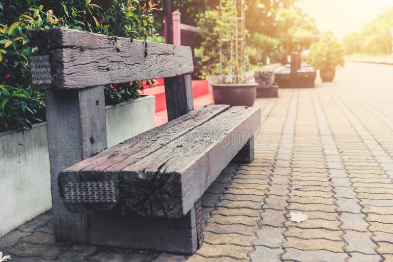 Oude houten bank van het hergebruik van de spoorwegdwarsbalk kringloop stock foto