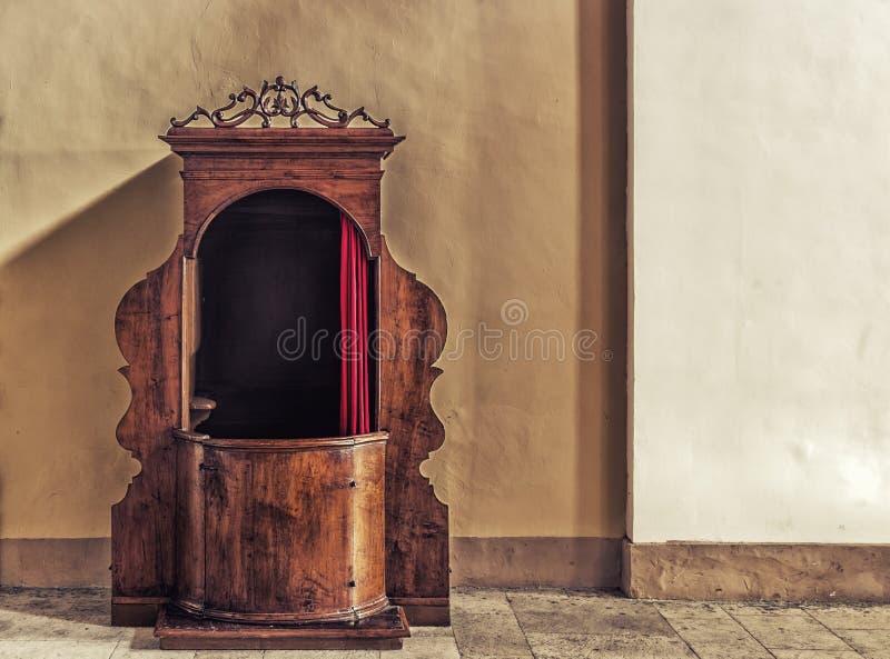 Oude houten biecht stock afbeelding