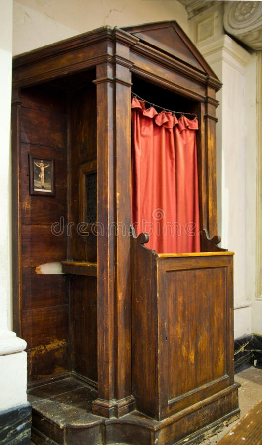Oude houten biecht in de kerk stock afbeelding