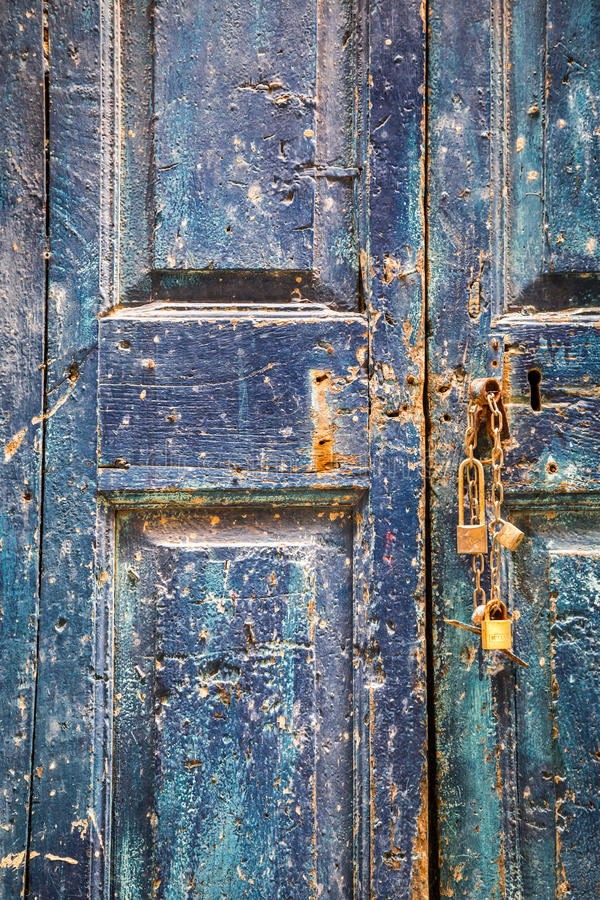 Oude houten blauwe deur met hangsloten royalty-vrije stock fotografie