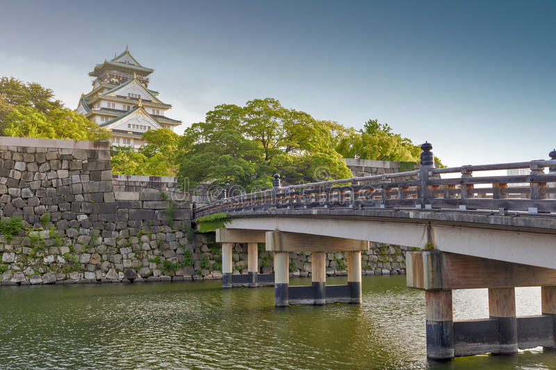 Oude houten brug aan Osaka Castle, beroemdste historische oriëntatiepunt van Japan het in Osaka City, Japan stock foto's