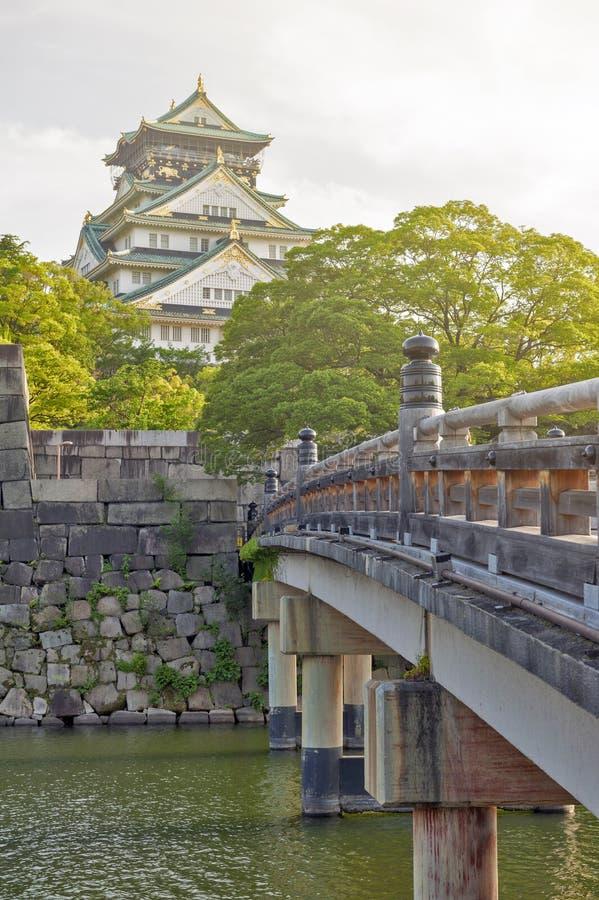 Oude houten brug aan Osaka Castle, beroemdste historische oriëntatiepunt van Japan het in Osaka City, Japan stock afbeelding
