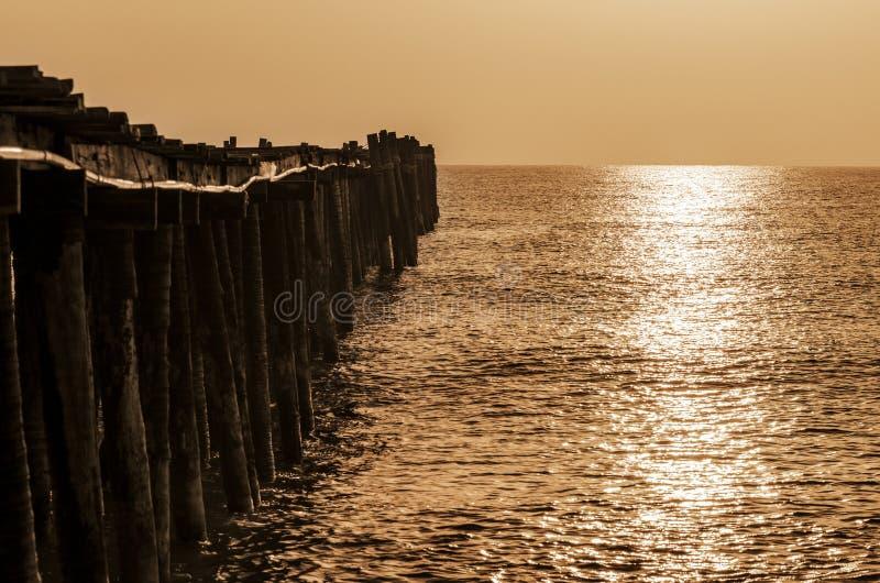 Oude houten brug bij zonsopgang met sepia stock afbeelding