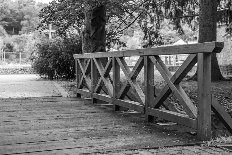 Oude houten brug in het park in zwart-wit stock foto's