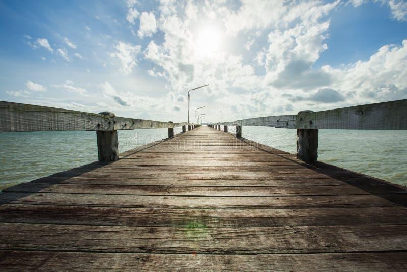 oude houten brug op zich overzeese en wolken het bewegen royalty-vrije stock fotografie