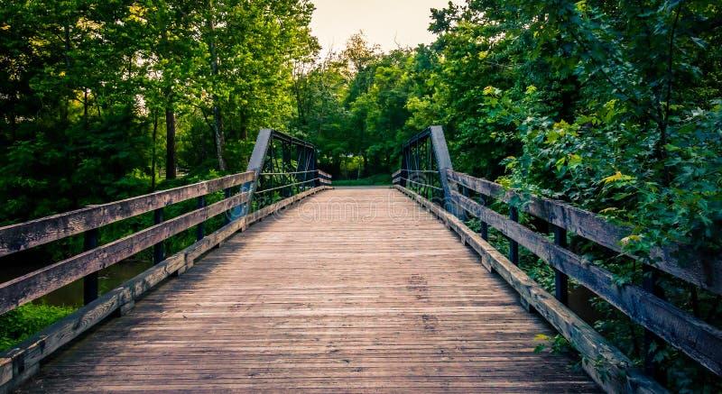 Oude houten brug over een kreek in de Zuidelijke Provincie van York, PA stock afbeelding