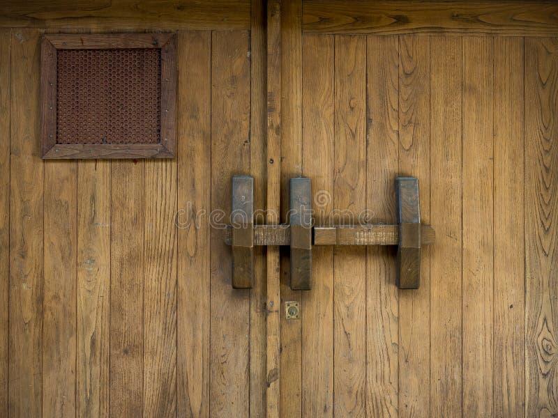 Oude houten bruine en rustieke poort met een grote bout royalty-vrije stock foto's