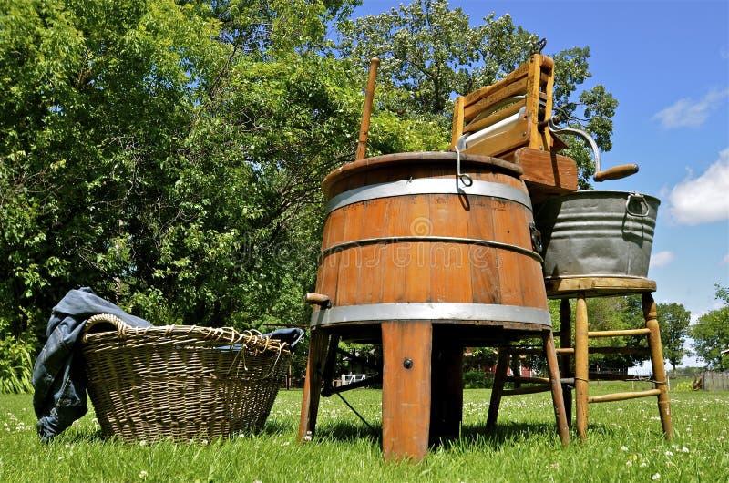 Oude houten de wringerwasmachine van Bygygle stock foto
