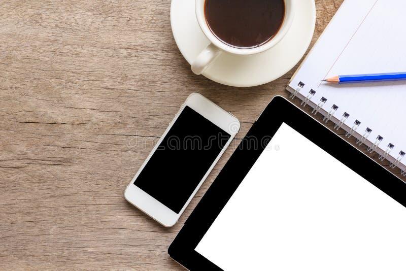 Oude houten Desktop met tablet, smartphone, koffiekop, notitieboekje en potlood, Hoogste mening stock foto
