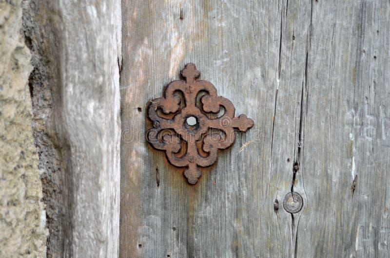 Oude houten deur aan de begraafplaats Oude Welse begraafplaats op de kust stock foto's