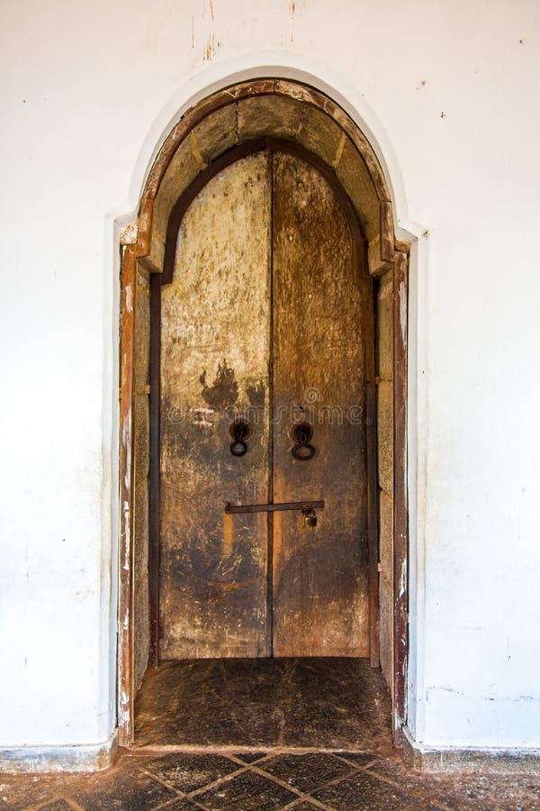Oude houten deur in boeddhistische het holtempel van Dambulla complex in Sri royalty-vrije stock foto
