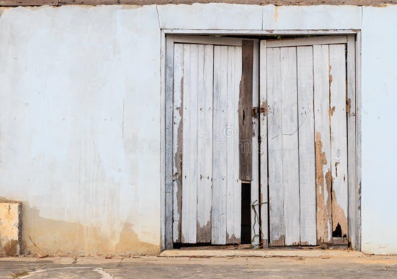 Oude houten deur in de stad van Si Sa Ket, Thailand royalty-vrije stock afbeelding