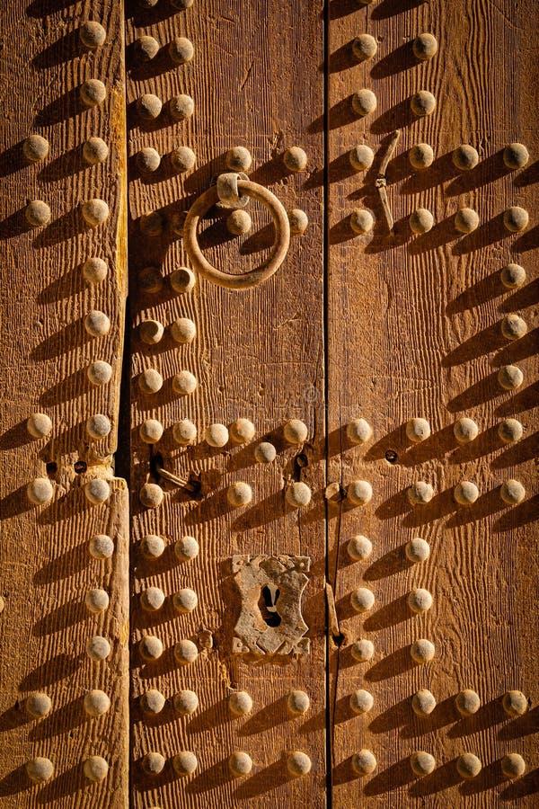 Oude Houten Deur en Kloppers Ouarzazate marokko royalty-vrije stock afbeelding