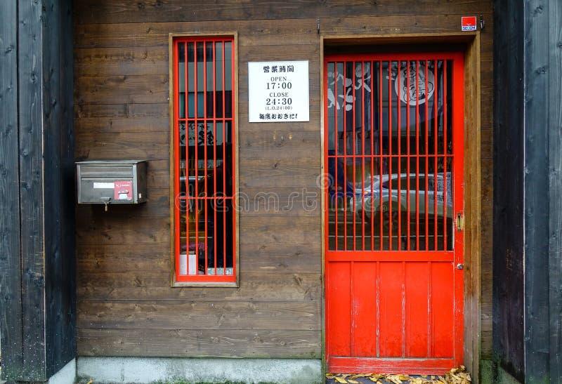 Oude houten deur in Japans huis stock foto