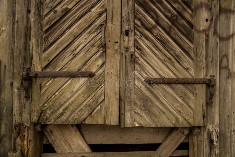 Oude houten deur met metaal roestige montage stock afbeelding