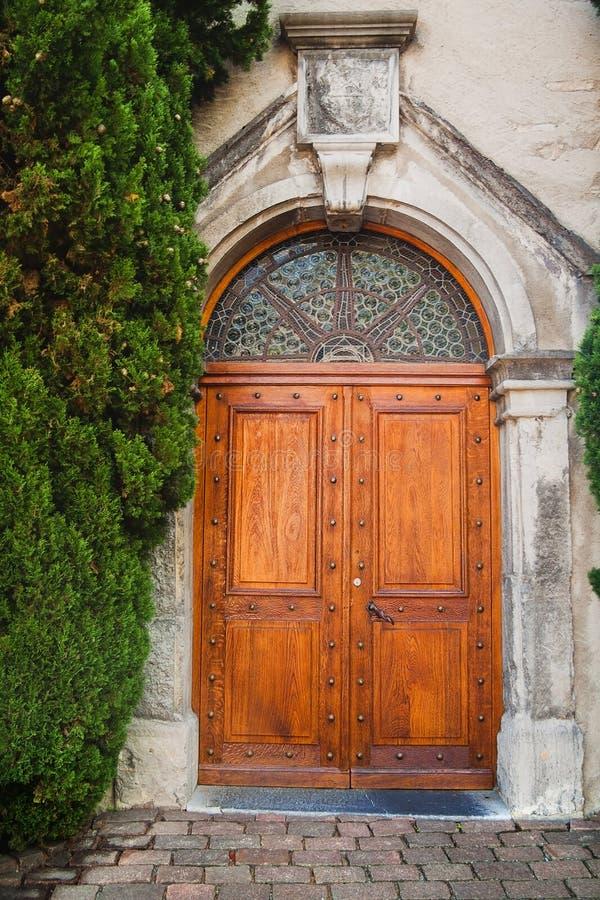 Oude houten deur in oude steenmuur met installatie in Zwitserland royalty-vrije stock fotografie