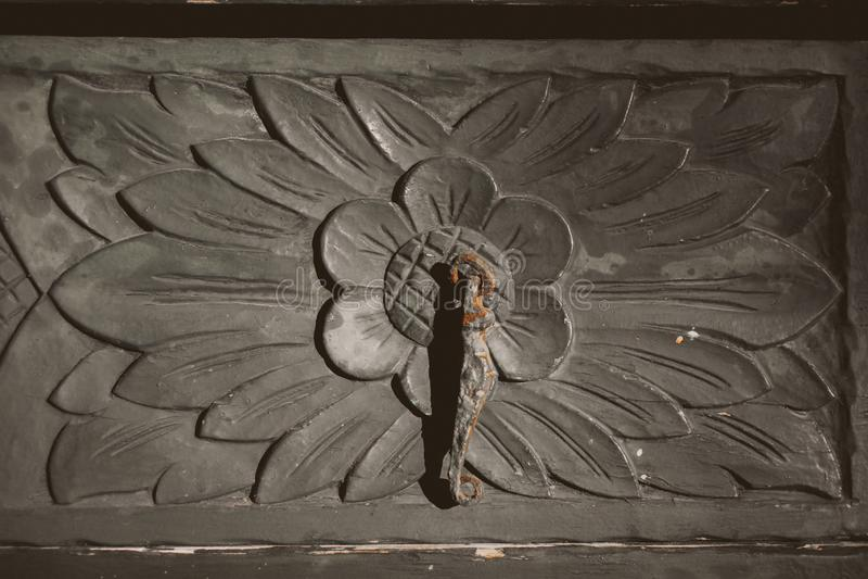 Oude houten deur Sluit omhoog van met de hand gemaakt uitstekend meubilair Detail van ambachts beboste deur stock foto's