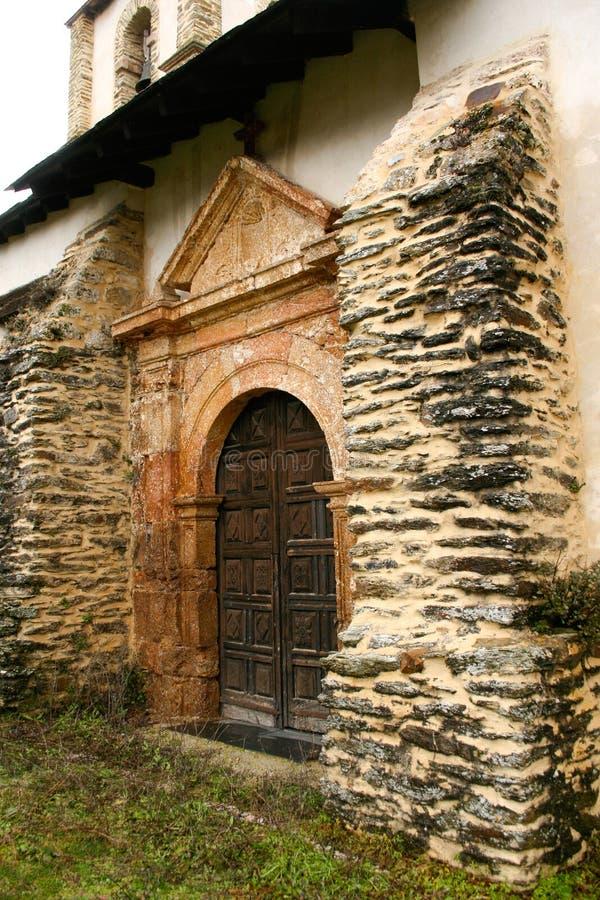 Oude houten deur van een dorpskerk royalty-vrije stock afbeeldingen