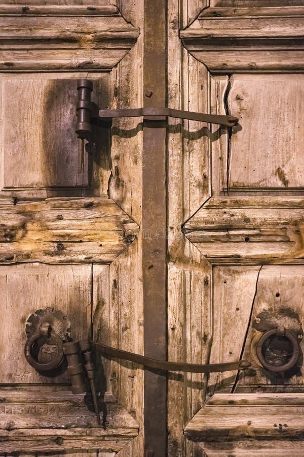 Oude houten deur van ingang aan de Kerk van het Heilige Grafgewelf in Jeruzalem, Israël stock foto's