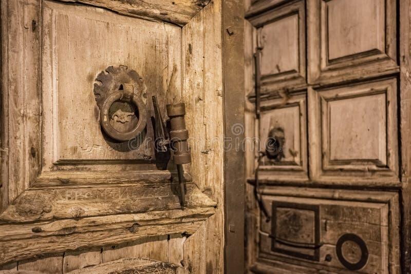 Oude houten deur van ingang aan de Kerk van het Heilige Grafgewelf in Jeruzalem, Israël royalty-vrije stock afbeelding