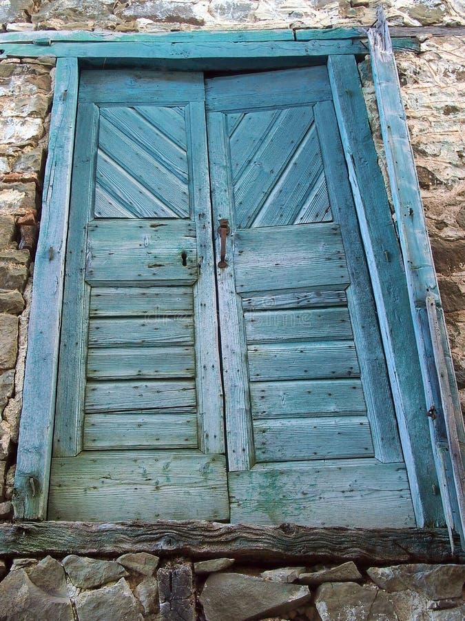Oude Houten Deuren met Langzaam verdwenen Blauwe Verf, Griekenland stock foto's