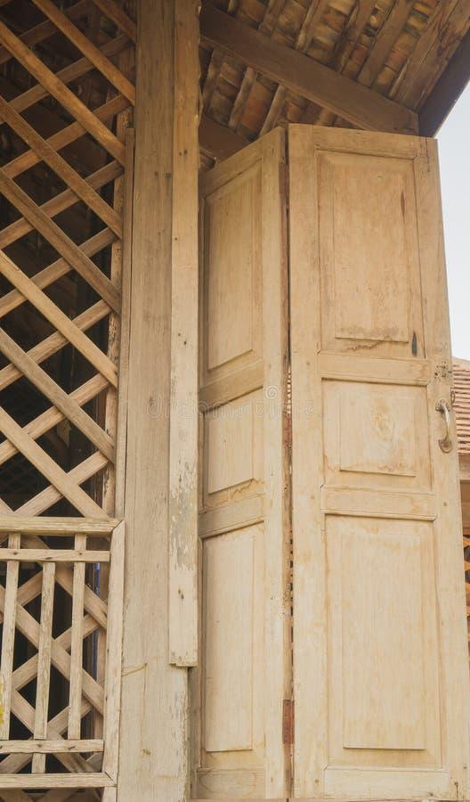 Oude houten deuren van traditioneel Thais huis stock afbeelding