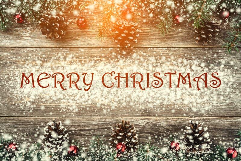 Oude houten die achtergrond met spartakken met snuisterijen en kegels worden versierd Ruimte voor tekst Kerstman Klaus, hemel, vo stock foto