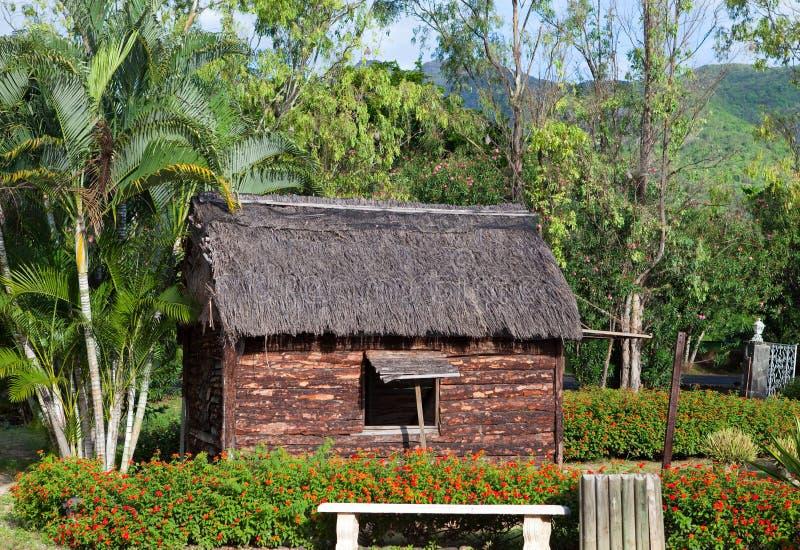 Oude houten die hut in park - zo op Mauritius vroeger wordt geleefd royalty-vrije stock foto