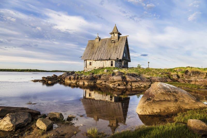 Oude houten die Kerk voor de film van het 'Eiland 'in het Witte overzees, Rabocheostrovsk, Karelië wordt gebouwd stock foto