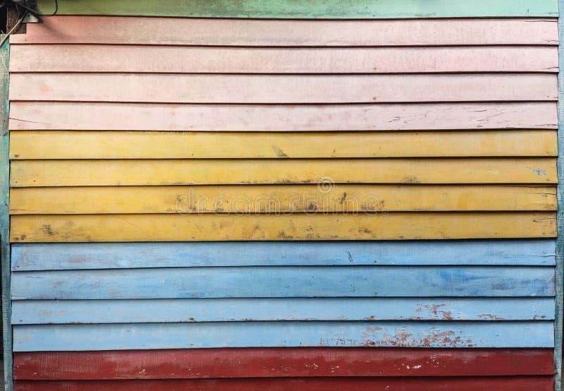 Oude Houten die Muur van Kleurrijke Planken wordt gemaakt stock afbeelding