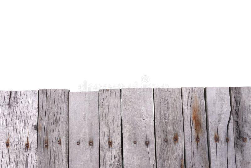 Oude houten die omheining op witte achtergrond wordt ge?soleerd stock afbeelding