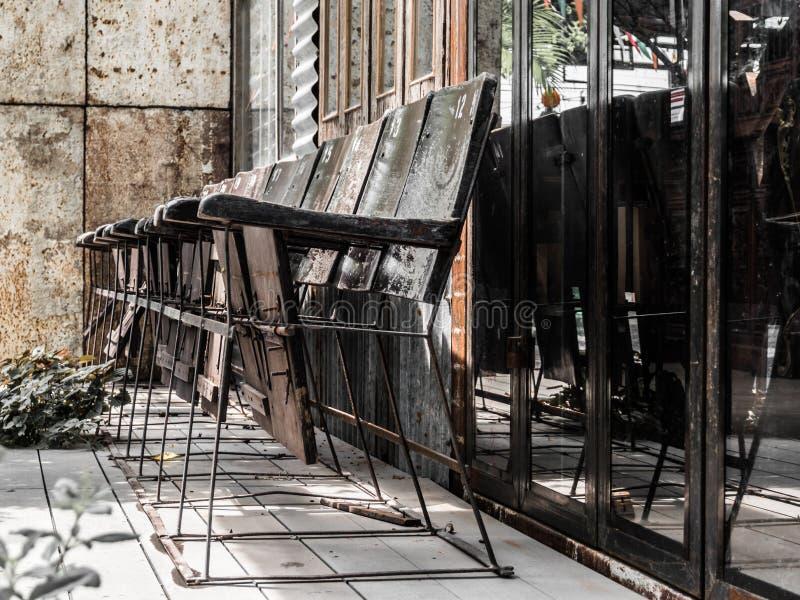 Oude houten die stoel voor het oude gebouw wordt gevestigd royalty-vrije stock fotografie
